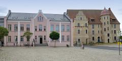 Schlossplatz in Bützow, rechts neben dem Freizeithaus das Schloss.