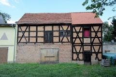 Alte Fachwerkspeicher an der Uferpromenade in Gartz / Oder. Die historischen Wirtschaftsgebäude stehen als Baudenkmal der Stadt unter Denkmalschutz.