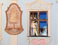 Hausfassade mit Marienbildnis in der historischen Altstadt von  Krumau an der Moldau.