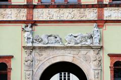 Portal mit Relieffiguren am Fürstenhof in der Hansestadt Wismar; das Renaissancegebäude ist jetzt Sitz des Amtsgerichts.