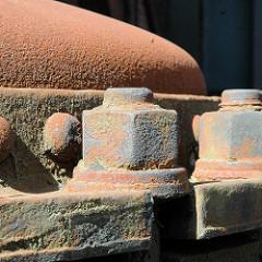 Rostige Muttern - Eisenkessel auf dem Fabrikgelände New-York Hamburger Gummi-Waaren Compagnie in Hamburg Harburg.