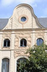 Aufwändig mit Jugendstildekor verzierter Giebel eines Wohnhauses in der Straße Hinter dem Chor von Wismar.