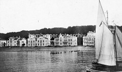 Alte Fotografie vom Ostseebad Heiligendamm - Segelboote an der Seebrücke; klassizistische Villen an der Uferpromenade.