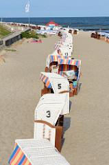 Strandkörbe in einer Reihe aufgestellt auf dem Ostseestrand in Seebad Kühlungsborn.