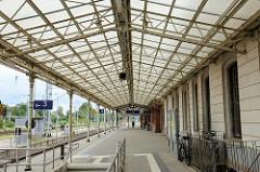 Bahnsteig vom Bahnhof Wismar, Dachkonstruktion mit Eisenstreben und Verglasung.