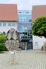 Gebäude vom Staatliches Amt für Landwirtschaft und Umwelt Mittleres Mecklenburg am Schlossplatz in Bützow, erbaut 1997.