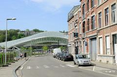 Historische Gründerzeithäuser - Wohnblocks mit Ziegelfassade in der Rue Paradis von Lüttich / Liège. Im Hintergrund das Dach vom  Bahnhof Liège-Guillemins - Entwurf Architekt Santiago Calatrava, fertig gestellt 2009.