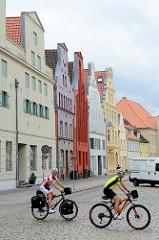 Wohn und Geschäftshäuser mit unterschiedlich farblich abgesetzten Fassaden in der Lübschen Straße der Hansestadt Wismar.