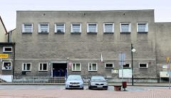 Verwaltungsgebäude in rechteckiger Bauform, quadratische Fensterreihe; Rauputz. Stadtbüro in   Groß Strehlitz / Strzelce Opolskie.
