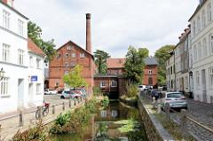 Blick auf die alte Stadtmühle an der Mühlengrube von Wismar; die Mühle wurde 1856 als Dampfmühle errichtet und steht als Industriedenkmal der Hansestadt unter Denkmalschutz.