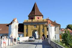 Latrán / Latrán-Viertel in Krumau an der Moldau / Český Krumlov - Blick auf das Budweiser Tor / Budějovická brána, das einzig erhalten gebliebene Stadttor; es wurde 1602 durch den Baumeister Dominik Cometta errichtet.