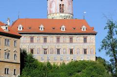 Barockfassade mit Fassadenmalerei sowie ein Ausschnitt vom   Schlossturm des Schlosses   Český Krumlov / Schloss Krumau.