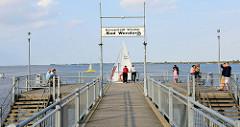Seebrücke von Bad Wendorf, einem Ortsteil von Wismar; die Brücke wurde 1992 errichtet und hat eine Länge von 350 m. Touristen nutzen das Ende der Brücke als Aussichtspunkt.