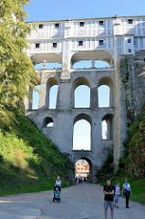 Mantelbrücke in Krumau an der Moldau / Český Krumlov; die mehrstöckige Brücke führt über den Burggraben verbindet die einzelnen Schlossgebäude.