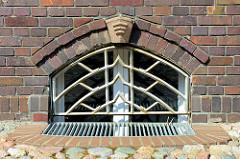 Detail Kellerfenster mit Eisengitter  der expressionistische Backstein-Architektur der Berufsfeuerwache in Wismar an der frischen Grube, errichtet 1928 - Architekt Arthur Eulert.