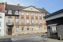 Verwaltungsgebäude mit neoklassizistischer Hausfassade - Balkon mit rundem Gitter über dem Eingang; Ringstedgade in Roskilde.