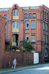 Historische Industriearchitektur, Fabrikgebäude der New-York Hamburger Gummi-Waaren Compagnie in Hamburg Harburg.  Dachwinde mit Eisenhaken am Giebel eines Lagergebäudes.