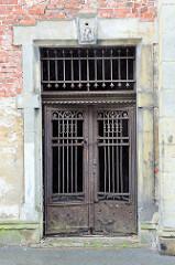 Tür mit   Eisengitter  an der Schlossruine von von   Groß Strehlitz / Strzelce Opolskie.