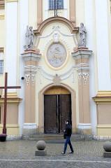 Eingang der neobarocken Laurentiuskirche in Groß Strehlitz / Strzelce Opolskie, geweiht 1907.