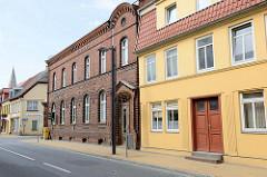 Kulturdenkmale der Kleinstadt Bützow, denkmalgeschütztes Wohnhaus sowie ehemaliges Postamt in der Langestraße.