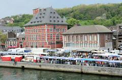 Blick über die Maas in Lüttich / Liège; re. die Fachwerkarchitketur vom Curtius Museum, um 1610 als Privathaus für Jean Curtius, Industrieller und Munitionslieferant der spanischen Armee errichtet.