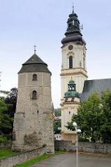 Historische  Türme der Stadt    Groß Strehlitz / Strzelce Opolskie;  rechts die Sankt Laurentius Kirche, davor der  historische Wehrturm, der im 18. Jhd. zum Glockenturm umgebaut wurde.