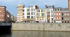 Blick über die Maas auf den Quai de la Dérivation in Lüttich / Liège; Wohnhäuser in unterschiedlichen Baustilen stehen am Flussufer. Links die  Pont d'Amercoeur