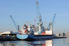Blick  über das Hamburger Hafenbecken Südwest Hafen im Stadtteil Kleiner Grasbrook zum Kamerun Kai, an dem ein Frachtschiff festgemacht hat.