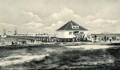 Altes Foto der Seebrücke in Boltenhagen mit Ausflugsschiffen.