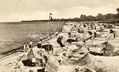 Historische Aufnahme vom Strandleben an der Ostsee in Boltenhagen, Strandkörbe stehenden im  Sand,  andere in Strandburgen.