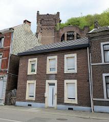 Wohnhäuser in Vise/Cheratte, Belgien. Im Hintergrund der Förderturm der Zeche Hasard.