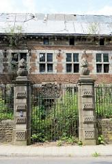 Eingang, Eisengitter vom Schloss / Villa bei der Zeche Hasard de Cheratte in Visé, Belgien - historische Architektur die unter Denkmalschutz gestellt wurde.