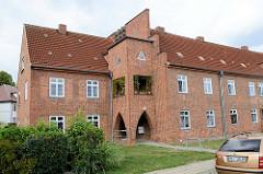 Wohnhaus in der Straße Am Salzhaff in Wismar -  Der Wohnblock mit dem auffallenden Eingangsturm /Balkon steht als Kulturdenkmal der Hansestadt unter Denkmalschutz.