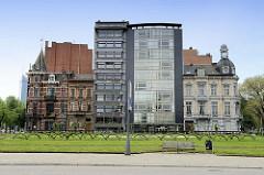 Historische und moderne Wohnhäuse in der Innenstadt von Lüttich / Liège.
