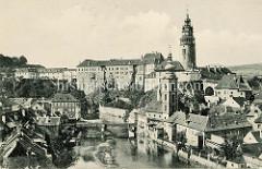 Historische Ansicht von Krumau an der Moldau - Český Krumlov; Blick über die Moldau zum Schloß - im Vordergrund die St. Jostkirche.