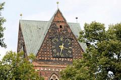 Kirchturmspitze / Turmuhr der Sankt Nikolaikirche in der Hansestadt Wismar.