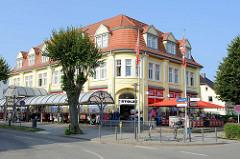 Historische Kaufhausarchitektur in der Strandstraße von Kühlungsborn; das Gebäude vom alten Kaufhaus steht als herausragendes Baudenkmal der Stadt unter Denkmalschutz.
