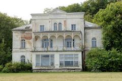 Klassizistische Architektur an der Promenade vom Ostseebad Heiligendamm; Villa Hirsch / Haus Karl Liebknecht - errichtet 1863.