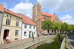 Blick über den Mühlenbach zur Sankt Nikolaikirche in der Hansestadt Wismar; die Kirche wurde von 1381-1487  als Kirche der Seefahrer und Fischer erbaut. Sie gilt als Meisterwerk der Spätgotik im nordeuropäischen Raum. Die Nikolaikirche ist als Teil d