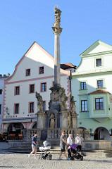 Denkmalgeschützte Mariensäule am Marktplatz von Český Krumlov / Krummau; die korinthtische Säule mit der Mondsichelmadonna wurde 1716 errichtet.