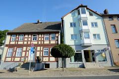 Wohnhäuser/ Geschäftshäuser in der Berliner Straße von Oderberg, einträchtig steht ein historisches Fachwerkgebäude neben einem Neubau.