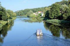 Ein Hausboot fährt auf der Alten Oder  bei Oderberg Richtung Schiffshebewerk Niederfinow.