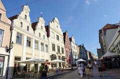 Fußgängerzone mit denkmalgeschützten Wohn und Geschäftshäusern in der Krämerstraße von Wismar.