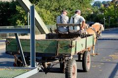 Straßenverkehr auf der Brücke über die Alte Oder in Oderberg; ein Pferdefuhrwerk mit Doppelgespann überqueren die denkmalgeschützte Brücke.