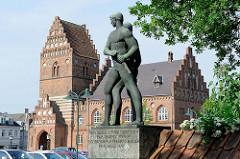 Altes Rathaus in Roskilde, es  wurde 1884 im gotischen Stil nach einem Entwurf des Architekten O. Momme erbaut. Im Vordergrund die Bronzeskulpturen  von Hroar und Helge, zwei legendären Königen, die im 6. Jahrhundert Dänemark von Roskilde aus beherrs