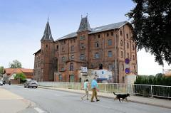 Historische Industriearchitektur an der Bahnhofstraße von Bützow; Backsteingebäude der ehemaligen Mühle an der Warnow. Das leerstehende Gebäude ist unter Denkmalschutz gestellt.