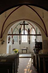 Innenansicht der Sankt Johanniskirche in Kühlungsborn - der älteste Teil der Kirche wurde um 13. Jahrhundert aus Feldstein errichtet.