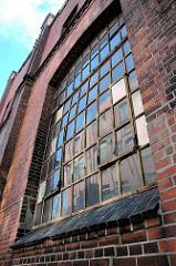Historische Industriearchitektur, Fenster mit Eisenrahmen Fabrikgebäude der New-York Hamburger Gummi-Waaren Compagnie in Hamburg Harburg.