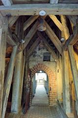 Holzbalken von Glockenturm der Sankt Johanniskirche in Kühlungsborn - der älteste Teil der Kirche wurde um 13. Jahrhundert aus Feldstein errichtet, der jetzige Kirchturm wurde um 1680 aus Holz gebaut.