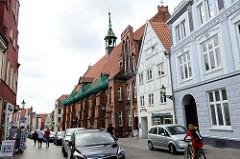 Historische Architektur der Hansestadt Wismar - denkmalgeschützte Wohnhäuser sowie der Heiligen Geist Kirche vom Heiligen-Geist-Hospital.
